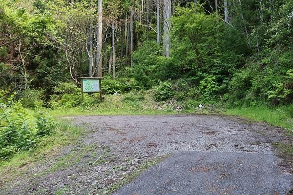 水晶山登山口の駐車スペース