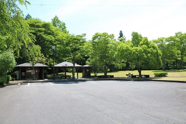 中之保公園の駐車場とトイレ