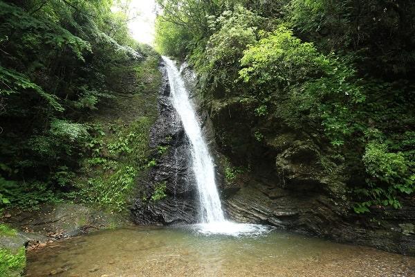 落差12mの美しい滝「八滝」