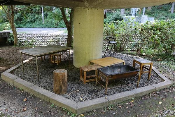 キノコ型バンガローの下にバーベキュースペース
