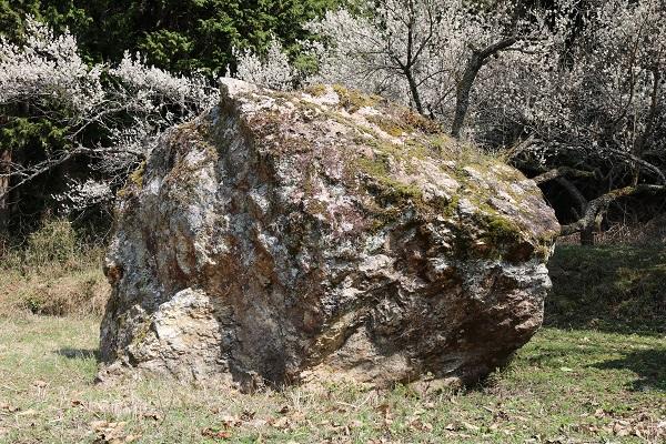 鬼が落とした大石